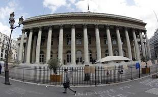 La Bourse de Paris marquait une pause mardi à mi-journée cédant 0,40%, signe de sa prudence avant l'annonce des décisions européennes qui doivent être prises mercredi à Bruxelles pour sauver la zone euro.