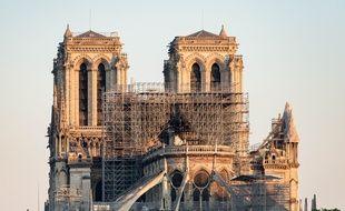 Cathédrale Notre Dame de Paris après l'incendie de la toiture et la destruction de la flèche. L'édifice est en attente pour le début des travaux.