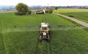 Un agriculteur diffuse des pesticides dans un champ le 11 juin 2013 à Godewaersvelde dans le Nord de la France