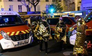 Des personnes évacuées du Bataclan lors de l'attaque terroriste le 14 novembre 2015 à Paris