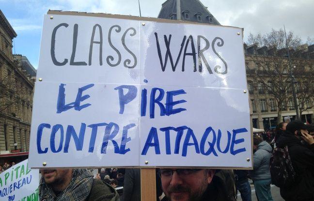 Un manifestant bien inspiré, pancarte à la main.