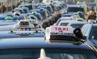 Illustration de taxis bordelais, réunis lors d'une manifestation.