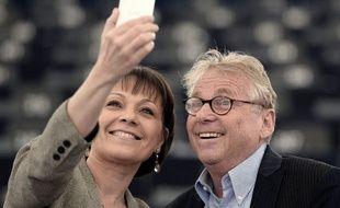 L'eurodéputée Sylvie Guillaume prend un selfie avec Daniel COhn-Bendit le 16 avril 2014 pour sa dernière séance d'eurodéputé au Parlement européen.