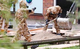 L'armée nettoie le lieu de l'agression de l'espion russe et sa fille, à Salisbury (Angleterre).