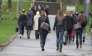Des étudiants sur le site de l'université Rennes-II à Villejean.
