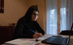 Inès, 21 ans, en licence de biologie, suit la plupart de ses cours en distanciel, comme ici en janvier 2021 à Paris