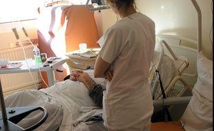 Une infirmière et un patient dans un hôpital (illustration).