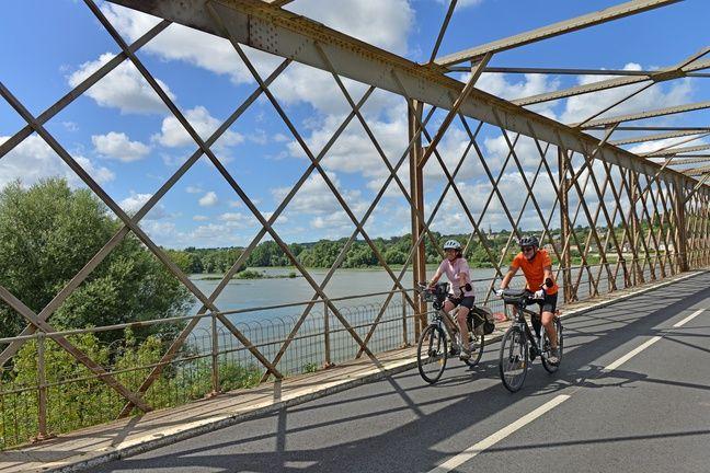 Cyclistes à Mauves-sur-Loire, sur l'itinéraire Loire à vélo.