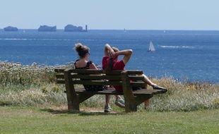 Un couple regarde la mer. Illustration.