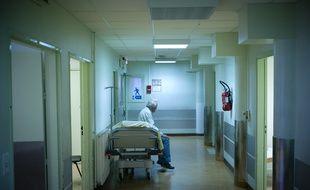 Un homme patiente sur un brancard au service des Urgences de l'hôpital Beaujon de l'Assistance Public des Hôpitaux de Paris (APHP) le 21 Octobre 2008 à Clichy.
