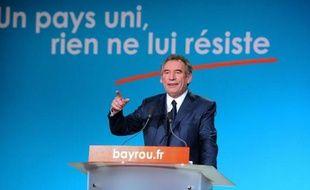 """François Bayrou a lancé jeudi soir, pour son premier meeting de campagne à Dunkerque, un appel au """"peuple"""" afin qu'il """"résiste"""" au """"choix éternel"""" entre l'UMP et le PS et lui fasse confiance pour incarner le """"changement républicain"""" et """"reconstruire"""" la France."""