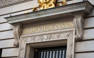 La locution latine «gladius legis custos» («le glaive gardien de la loi») sur la façade du Palais de justice de Paris, le 30 avril 2019.