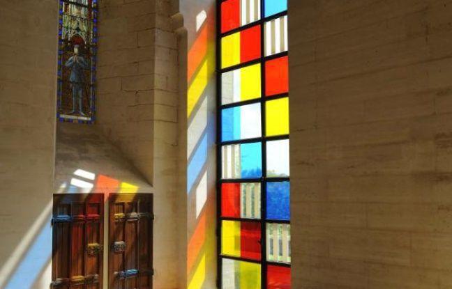 Les vitraux de Daniel Buren font clairement référence aux travaux minimalistes de Mondrian.