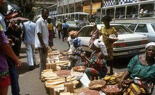 Un marché dans une rue d'Abidjan, en Côte d'Ivoire.