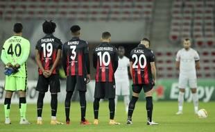 Les joueurs de Nice ont rendu hommage aux victimes de l'attentat qui a endeuillé la ville le 29 octobre 2020.