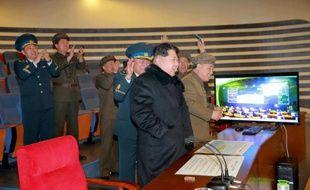 Photo fournie le 7 février 2016 par l'agence officielle nord-coréenne Kcna montrant Le leader nord-coréen Kim Jong-Un assistant, dans un endroit non précisé, au lancement d'une fusée emportant un satellite