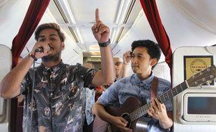 La compagnie a organisé son premier concert aérien mercredi avec deux musiciens qui se sont produits dans un vol reliant la capitale indonésienne, Jakarta, à l'île de Bali.