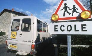 Illustration d'un mini-bus de ramassage scolaire.