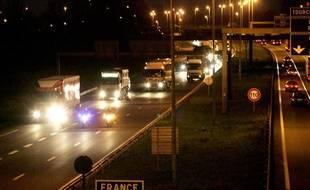 Une autoroute belge de nuit.
