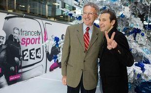 Nelson Monfort (à g.) et Philippe Candeloro, les commentateurs de France Télévisions pour le patinage aux JO de Sotchi, le 17 décembre 2013 à Paris