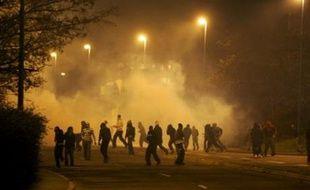 Les affrontements ont éclaté peu après 19H30, entre une centaine de jeunes et les policiers, à Villiers-le-Bel, à environ 200 mètres du lieu de la collision entre la voiture de police et la mini-moto, avant de gagner cinq autres villes du département.