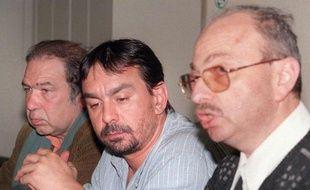 Philippe Martinez de la CGT (c) donne une conférence de presse avec deux autres responsables syndicaux de Renault , Serge Depry de la CFTC (g) et Daniel Richter de la CFDT (d), le 4 avril 1997 à Issy-les-Moulineaux, près de Paris