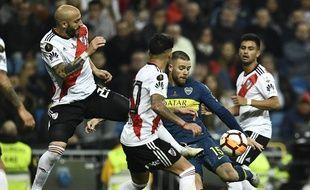 L'Uruguayen de Boca Juniors, Nahitan Nandez, cerné par les joueurs de River Plate.