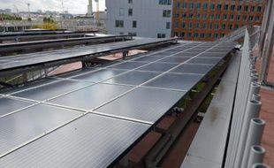 Des panneaux solaires sur le toit de l'école PEF à Saint-Ouen, près de Paris, le 7 octobre 2015