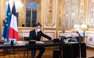 Emmanuel Macron dans son bureau de l'Elysée lors de sa conversation téléphonique avec Joe Biden suite à l'élection présidentielle américaine, le 10 novembre 2020 (illustration).