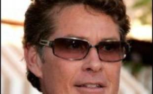 """David Hasselhoff, rendu mondialement célèbre par la série """"Alerte à Malibu"""", s'est vu interdire l'accès à un avion de British Airways en raison de son état d'ébriété avancée, selon le quotidien populaire britannique The Sun de jeudi."""
