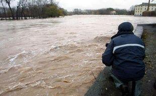 """""""L'eau continue à monter sur Agde, mais les gens sont habitués. On renforce le centre de secours avec des personnels et des plongeurs"""", a-t-on indiqué un officier des pompiers."""