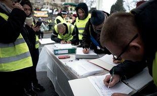 Des «gilets jaunes» écrivent leur doléance avant une manifestation