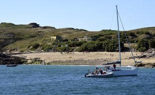 Seule la partie ouest de l'île de Cézembre est accessible au public avec un sentier découverte long de 800 mètres.