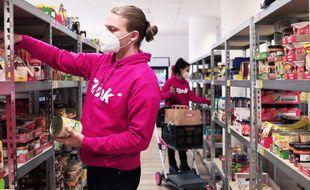 Un salarié de Flink prépare une commande dans un dark store.