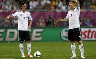 Les joueurs allemands, Mesut Ozil (à g.) et Bastian Schweinsteiger, lors du quart de finale de l'Euro contre la Grèce, le 22 juin 2012.