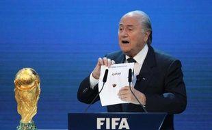 Sepp Blatter, le président de la Fifa, dévoile le nom du pays hôte de la Coupe du monde 2022, le Qatar, lors d'une cérémonie tenue le 2 décembre 2010 au siège de la Fifa à Zürich