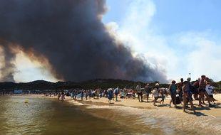 Des touristes évacuent la plage à Bormes-les-Mimosa, le 26 juillet 2017.