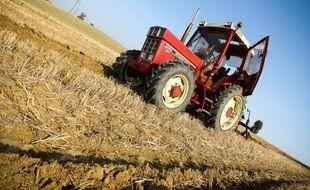 Illustration d'un tracteur dans un champ.