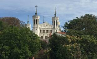 Vue de la basilique de Fourvière depuis le parc des Hauteurs à Lyon.