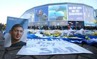 Un hommage a été rendu à Emiliano Sala aux abords du stade de Cardiff, où le joueur avait été transféré, le 2 février 2019.
