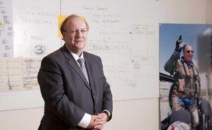 Jean-Pierre Bechter (UMP) dans un bureau de sa permanence au siege de la Fondation Dassault à Corbeil-Essonnes, le 2 décembre 2010.
