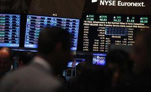 La Bourse de New York a ouvert en baisse lundi, pénalisée par la flambée des cours du pétrole et l'absence d'enthousiasme des investisseurs qui recherchent un nouveau catalyseur: le Dow Jones cédait 0,71% et le Nasdaq 1,01%.