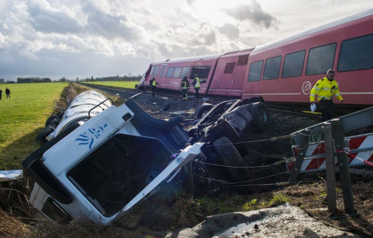 Un camion-citerne est entré en collision avec un train, qui a ensuite déraillé, le 18 novembre 2016 aux Pays-Bas – ANJO DE HAAN / ANP / AFP