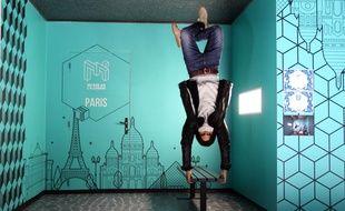 Steven Carnel, co-fondateur du Musée de l'Illusion, fait une démonstration sur une des installations du musée, le 14 mai 2020. (photo à l'envers)