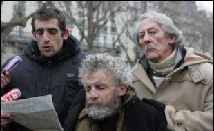 """Deux membres de l'association Les Enfants de Don Quichotte, qui a installé un campement de quelque 200 tentes le long du canal Saint-Martin à Paris, ont entamé lundi une grève de la faim, pour obtenir des """"mesures permettant l'accès de tous à un logement décent""""."""