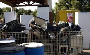 Déchets électromenagers attendant d'être recyclés dans une déchetterie.