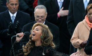 Beyoncé chante l'hymne américain et le sénateur Chuck Schumer apprécie.