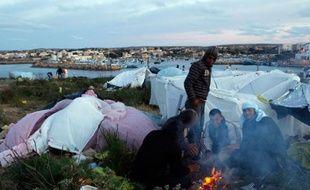 Des migrants tunisiens campent sur l'île de Lampedusa, Italie, le 30 mars 2011.
