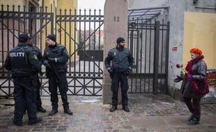 Des policiers à l'entrée de la synagogue de Copenhague, le 15 février 2015