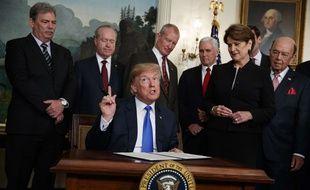 Donald Trump a signé un décret imposant de nouvelles taxes sur les importations chinoises le 22 mars 2018.